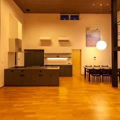 加賀市の家: 一級建築士事務所 岡本義富建築研究所が手掛けたダイニングです。