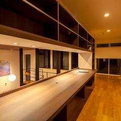 加賀市の家: 一級建築士事務所 岡本義富建築研究所が手掛けた廊下 & 玄関です。