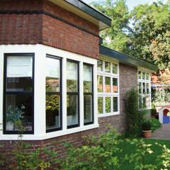 Haupthaus mit gartenseitigem Anbau:  Einfamilienhaus von Resonator Coop Architektur + Design