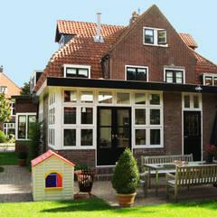 Anbau mit Öffnung zum Garten:  Einfamilienhaus von Resonator Coop Architektur + Design