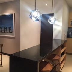 Iluminación y mesón de cocina: Cocinas de estilo  por Obras Son Amores