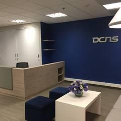 Sala de espera y counter de Recepción: Oficinas y Tiendas de estilo  por Obras Son Amores