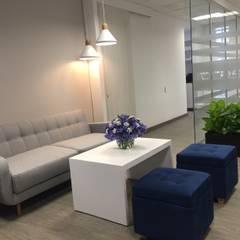 Sala de Espera: Oficinas y Tiendas de estilo  por Obras Son Amores