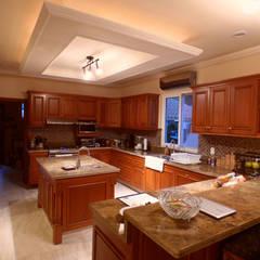 مطبخ ذو قطع مدمجة تنفيذ DHI Arquitectos y Constructores de la Riviera Maya