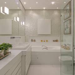 Banheiro Suite: Banheiros  por Charis Guernieri Arquitetura