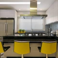 Cozinha: Armários e bancadas de cozinha  por Charis Guernieri Arquitetura