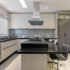 Casa EM: Cozinhas  por Charis Guernieri Arquitetura