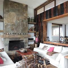 casa en Lago Calafquen Chile: Livings de estilo rústico por David y Letelier Estudio de Arquitectura Ltda.
