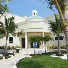 The frontal Facade: Villas de estilo  por DHI Arquitectos y Constructores de la Riviera Maya