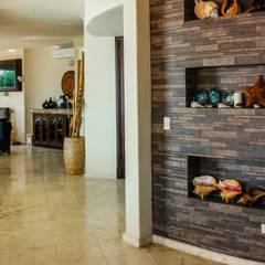 The wall that creates tendency  : Pasillos y recibidores de estilo  por DHI Arquitectos y Constructores de la Riviera Maya