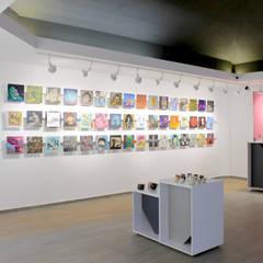 Rack para culgar cuadros sin usar clavos: Centros de exhibiciones de estilo  por ESTUCO DISEÑO