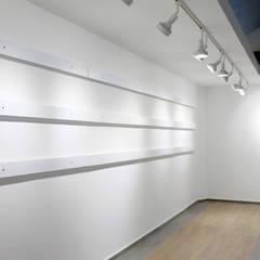RACK PARA COLGAR CUADROS SIN USAR CLAVOS: Centros de exhibiciones de estilo  por ESTUCO DISEÑO