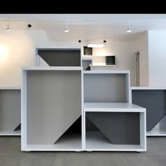 Mobiliario de exhibición modular: Centros de exhibiciones de estilo  por ESTUCO DISEÑO