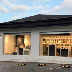 Fachada: Centros de exhibiciones de estilo  por ESTUCO DISEÑO