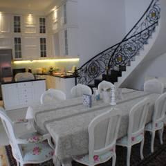 Rumah di Duren Sawit, jakarta:  Ruang Makan by Anantawikrama Studio