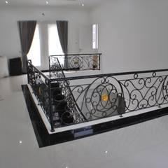 Rumah di Duren Sawit, jakarta: Dinding oleh Anantawikrama Studio, Klasik