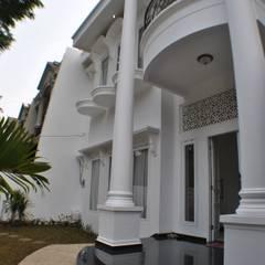 Rumah di Duren Sawit, jakarta: Teras oleh Anantawikrama Studio, Klasik