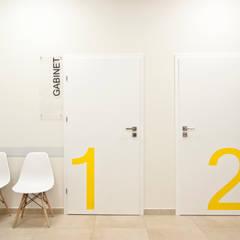 Centrum Osteopatii, wnętrze z cegłą, Łódź: styl , w kategorii Kliniki zaprojektowany przez SO INTERIORS ARCHITEKTURA WNĘTRZ