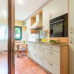 Home Staging en la casa de Margarita en Galicia: Cocinas de estilo  de CCVO Design and Staging