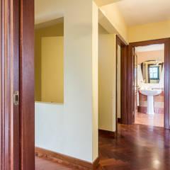 PASILLO: Dormitorios de estilo  de CCVO Design and Staging
