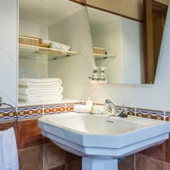 BAÑO: Baños de estilo  de CCVO Design and Staging