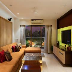 Khar Residence:  Living room by SM Studio