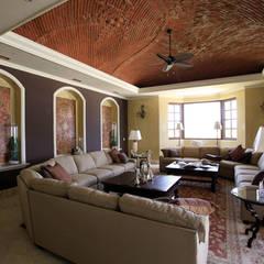 Akumal Palms : Salas de estilo colonial por DHI Riviera Maya Architects & Contractors