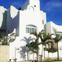 Frontal facade: Villas de estilo  por DHI Riviera Maya Architects & Contractors