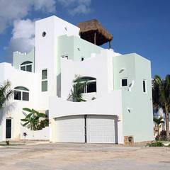 Villa coquí: Villas de estilo  por DHI Riviera Maya Architects & Contractors