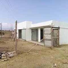 Vista desde la calle: Casas prefabricadas de estilo  por Variable