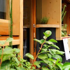 green stand: INTERIOR BOOKWORM CAFEが手掛けたオフィススペース&店です。,ラスティック 無垢材 多色