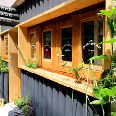 green stand: INTERIOR BOOKWORM CAFEが手掛けたオフィススペース&店です。,インダストリアル 木 木目調