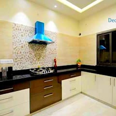 Independent Bungalow - Mr. Modi:  Kitchen by DECOR DREAMS