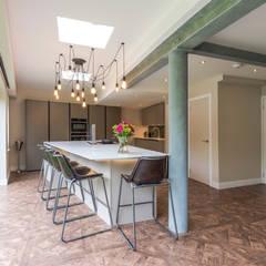 مطبخ ذو قطع مدمجة تنفيذ John Gauld Photography,