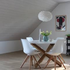 Esszimmer mit schöner Dachschräge: skandinavische Esszimmer von Home Staging Nordisch