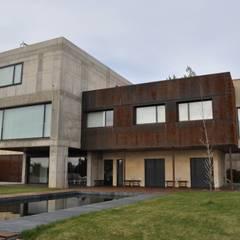 Fachada al oeste : Villas de estilo  de URBAQ arquitectos s.l.