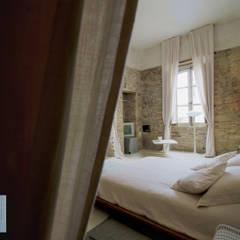 BR1 cultural space: Hotel in stile  di studio leonardoproject