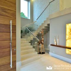 Hall Social e Escada: Corredores e halls de entrada  por Tania Bertolucci  de Souza  |  Arquitetos Associados