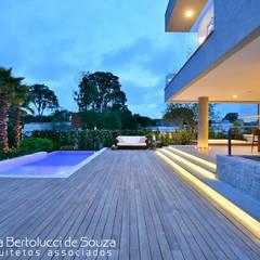 Maisons mitoyennes de style  par Tania Bertolucci  de Souza  |  Arquitetos Associados