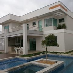Residência modernista no Cond. Athenas: Casas familiares  por Ronaldo Linhares Arquitetura e Arte