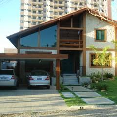Em Campos, uma casa de campo: Chalés e casas de madeira  por Ronaldo Linhares Arquitetura e Arte