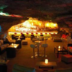 Lounge de la Caverna: Comedores de estilo rústico por Arquinplaya