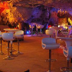 Restaurant Caverna del Alux: Cavas de estilo  por Arquinplaya
