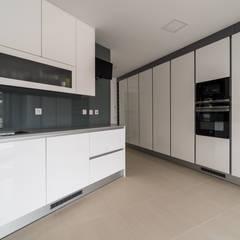 Residência DA: Cozinhas embutidas  por UNISSIMA Home Couture