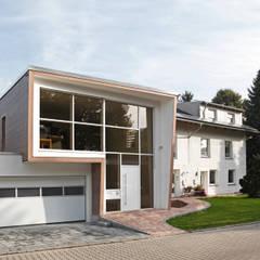 Casas unifamiliares de estilo  por Ariane Dehghan,