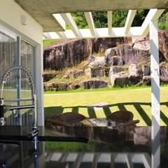 Residência Contemporânea: Telhados planos  por Studio RW Arquitetura