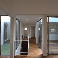 ミニマルな家: 杉浦建築計画事務所が手掛けた廊下 & 玄関です。