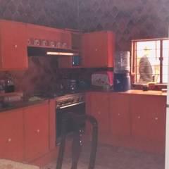 Casa como inversión lista para proyecto: Muebles de cocinas de estilo  por Bienes Raices Gaia