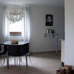 Airbnb Ferienwohnung Renovation mit einem mini Budget für Maximale Investitionsresultate.: skandinavische Esszimmer von ZWEI Design