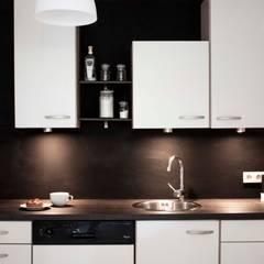 Airbnb Ferienwohnung Renovation mit einem mini Budget für Maximale Investitionsresultate.:  Einbauküche von ZWEI Design